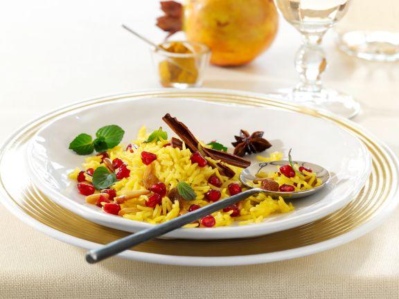 Würziger Kurkuma-Reis mit Granatapfel und Pinienkernen