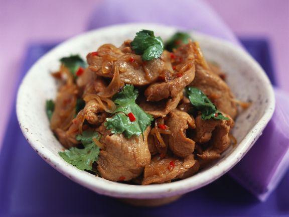 Würziges Fleisch mit Koriander auf Thai-Art