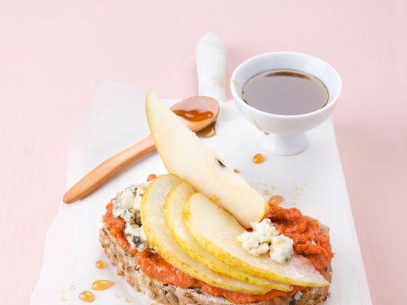 Wurst-Brot mit Käse und Birnen