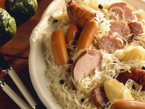 Wurst mit Sauerkraut auf elsässische Art
