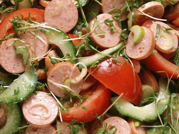 Wurstsalat mit Gurken und Tomaten