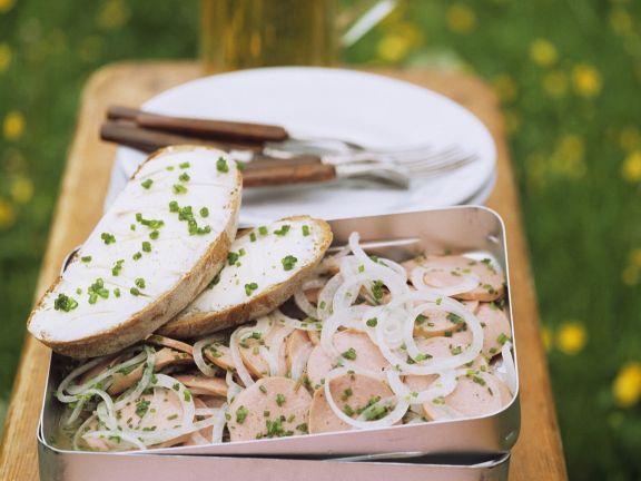 Wurstsalat mit Zwiebeln dazu Butterbrot