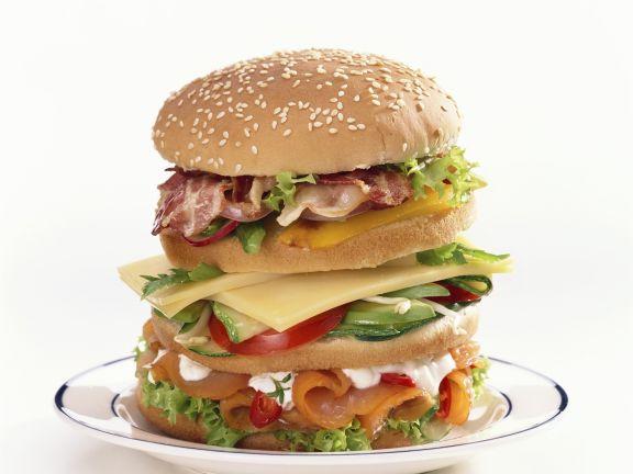 XXL-Hamburger mit Lachs und Speck