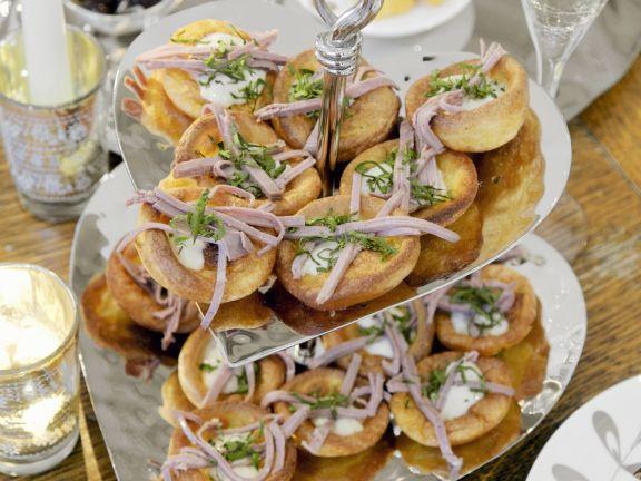 Yorkshire Puddings mit Roastbeefstreifen und Meerrettich