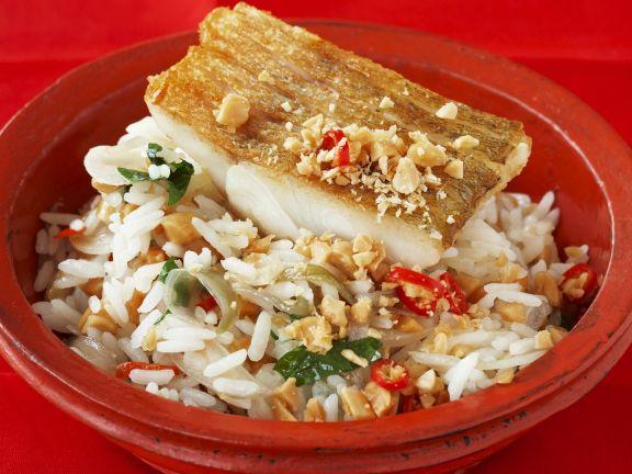 Zanderfilet auf gebratenem Reis mit Erdnüssen