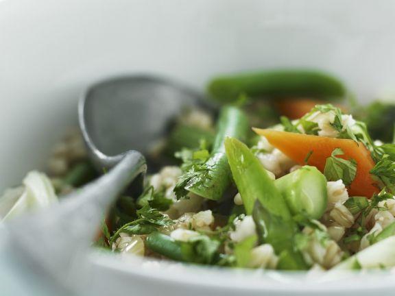 Zarter Weizensalat mit gemischtem Gemüse