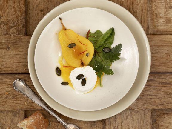 Ziegenfrischkäse und Gewürzbirne mit kleinem Salat