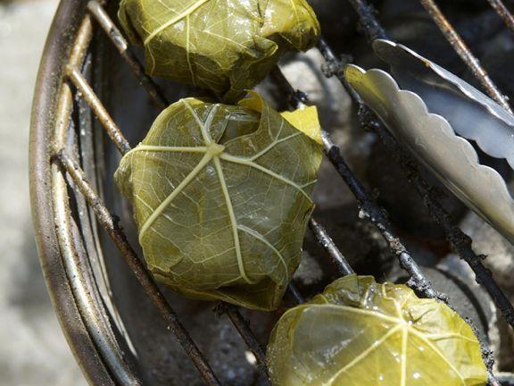 Ziegenkäse im Weinblatt grillen