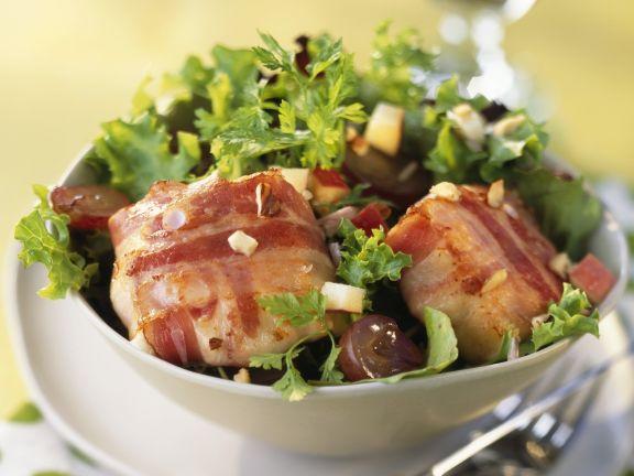 Ziegenkäse in der Speckhülle mit Salat