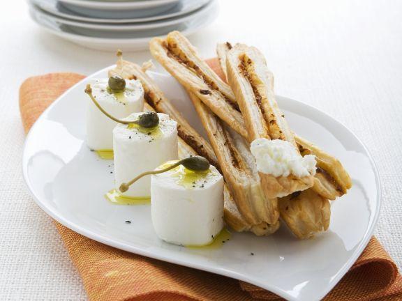 Ziegenkäse mit Kapern und Olivenöl dazu Gebäckstangen