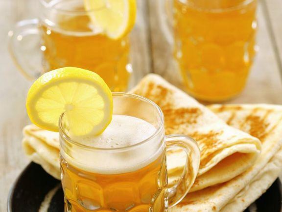 Zimt-Fladenbrot und heißes Bier