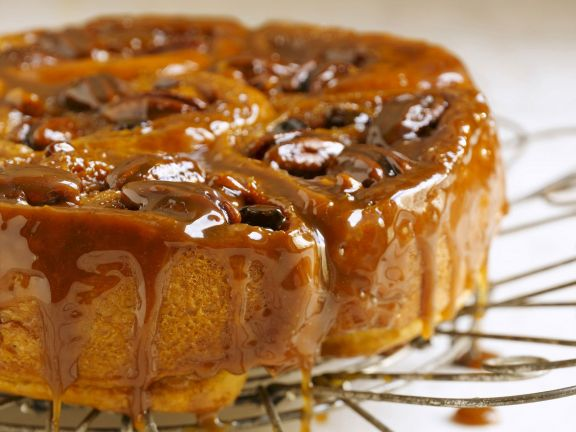Zimt-Schneckenkuchen mit Karamell glasiert
