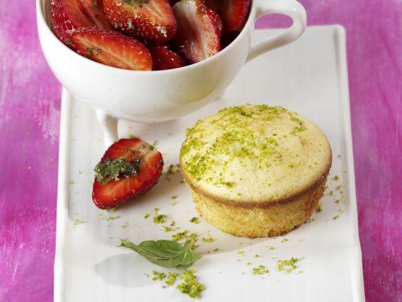 Zitronen-Biskuittörtchen mit Minz-Erdbeeren