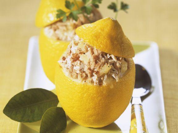 Zitronen und Thunfischcreme gefüllt