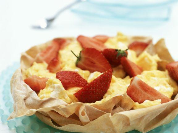 Zitronenbaiser mit Erdbeeren in Filoteigschälchen