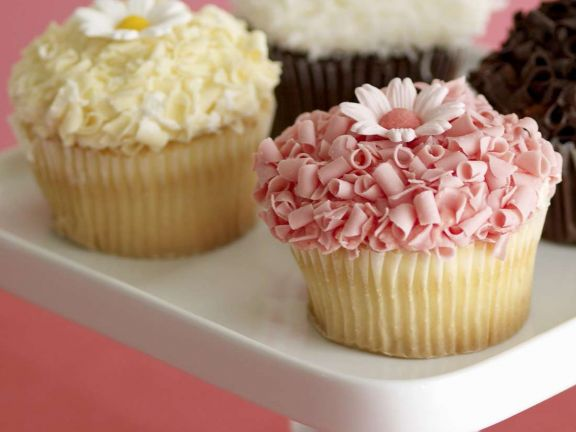 Zitronencupcakes mit weißer Schokolade und Erdbeerschokolade