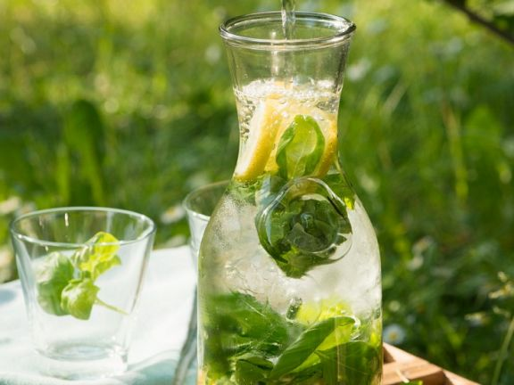 Zitronenlimonade mit Basilikum
