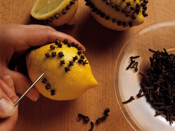 Zitronenpomander mit Nelken herstellen