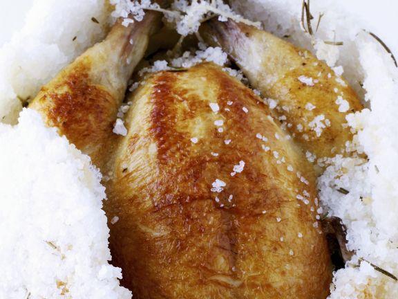 Zitroniges Hähnchen gebacken in der Salzkruste