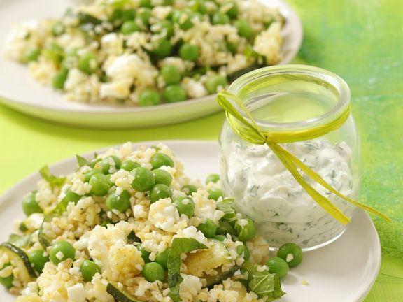 Zucchini-Erbsen-Couscoussalat mit Fetakäse
