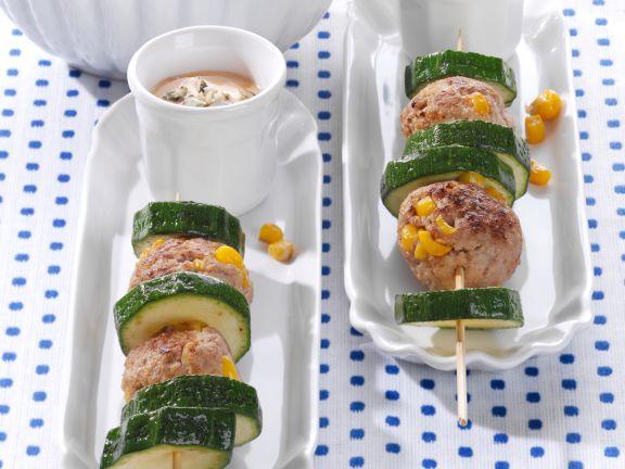 Zucchini-Frikadellen-Spieße mit Joghurt-Dip