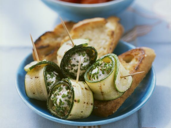 Zucchini-Frischkäse-Rollen