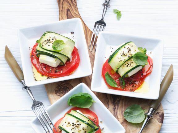 Zucchini-Käseröllchen mit Tomaten