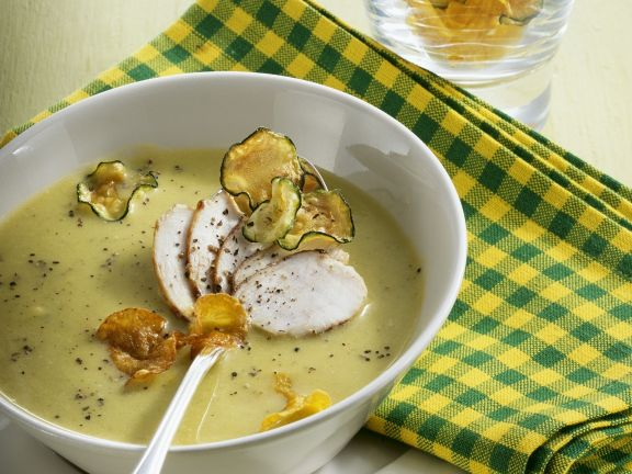 Zucchini-Kürbis-Suppe mit Hähnchen und Knabbergemüse