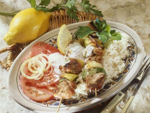 Zucchini-Lammfleisch-Spieße mit Joghurtdip und Reis