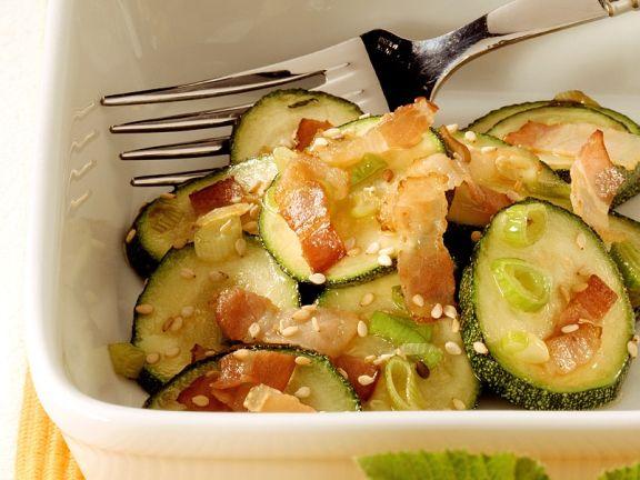 Zucchini mit Sesam und Speck