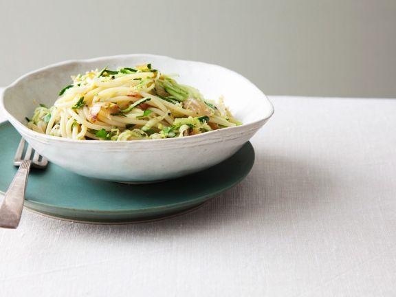 Zucchini-Pasta mit Anchovis