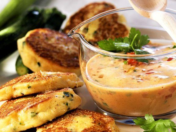 Zucchini-Quark-Plätzchen mit Paprikasauce
