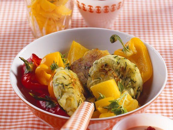 Zucchini-Reibekuchen mit Paprikagemüse