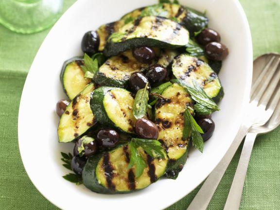Zucchini vom Grill mit Oliven