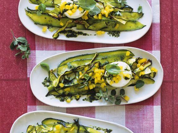 Zucchinisalat mit Kräuterdressing und Ziegenkäsetaler