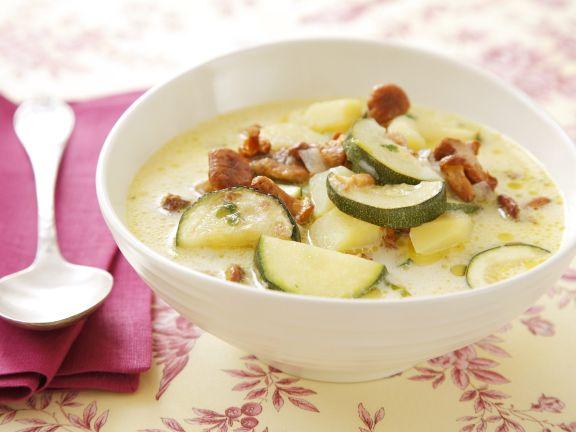 Zucchinisuppe mit Pfifferlingen und Kartoffeln