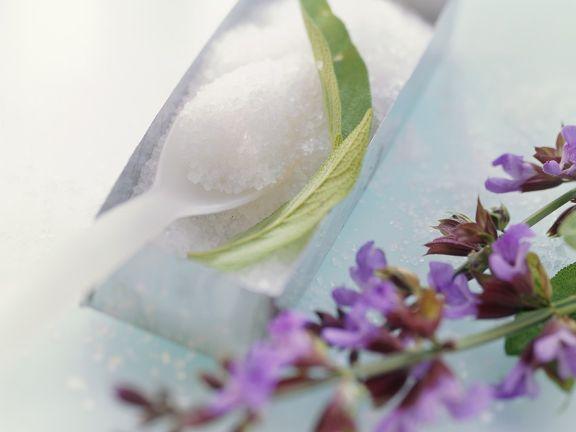 Zucker mit Salbeiblüten für Zuckerblüten