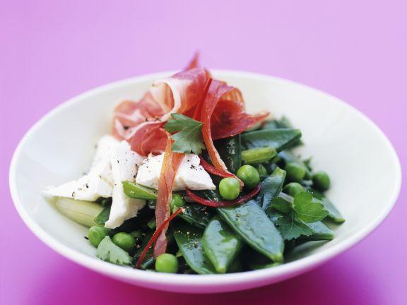 Zuckerschotensalat mit Ziegenfrischkäse und Schinken