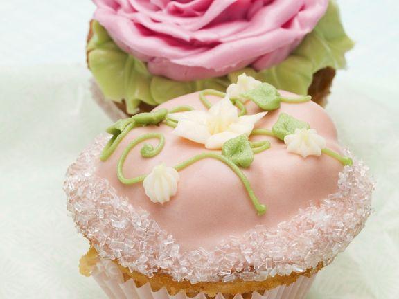 Zwei festliche Cupcakes mit Blütendeko