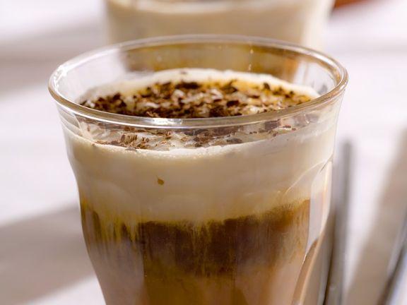 Zwei Gläser Espresso mit Schoko-Nusslikör und Sahne