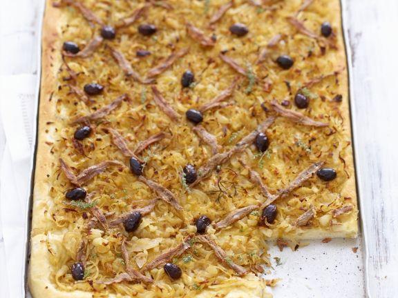 Zwiebel-Anchovis-Kuchen mit Oliven