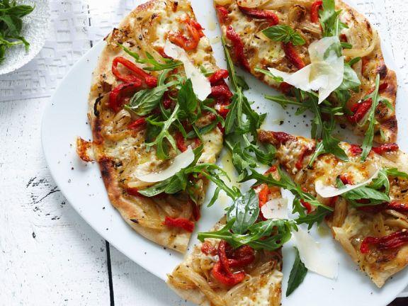 Zwiebel-Paprika-Pizza mit Rucola
