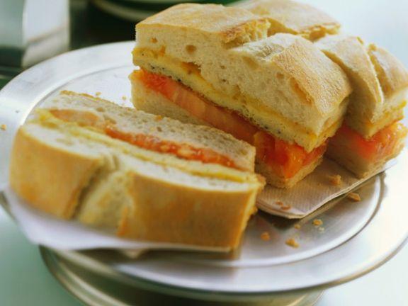 Zwiebelfrittata-Sandwich mit Tomate
