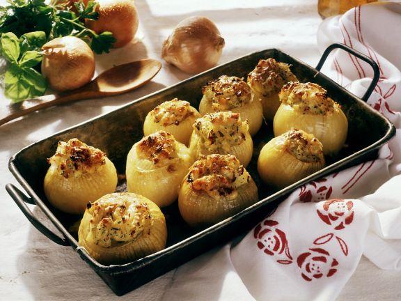 Zwiebeln mit Kartoffelbrei gefüllt