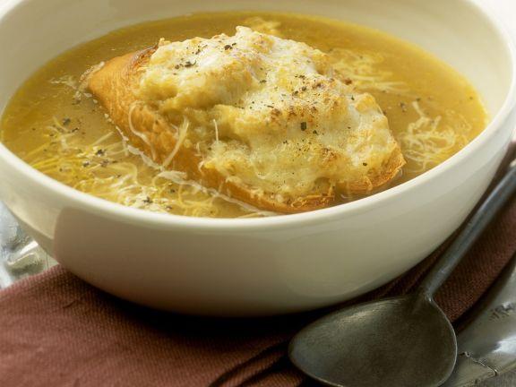 Zwiebelsuppe mit Käsebrot