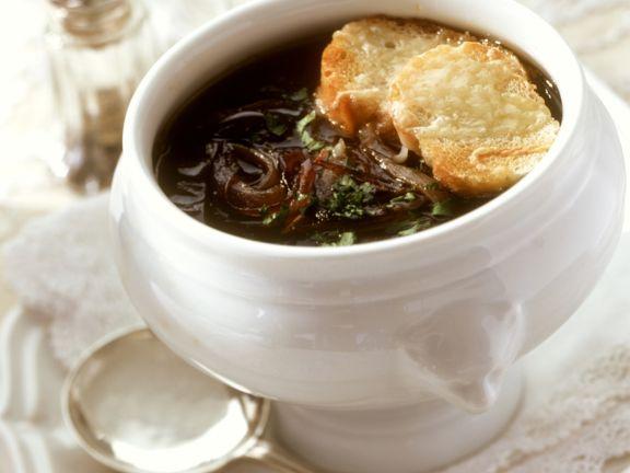 Zwiebelsuppe mit Käsebroten