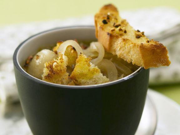 Zwiebelsuppe mit Röstbrot