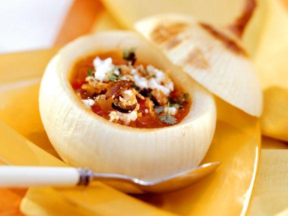 Zwiebelsuppe nach spanischer Art in ausgehöhlter Zwiebel