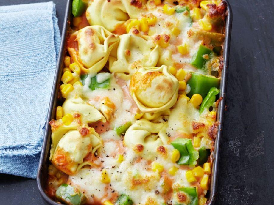 Tortellini-Auflauf mit Mais und Paprika Rezept | EatSmarter