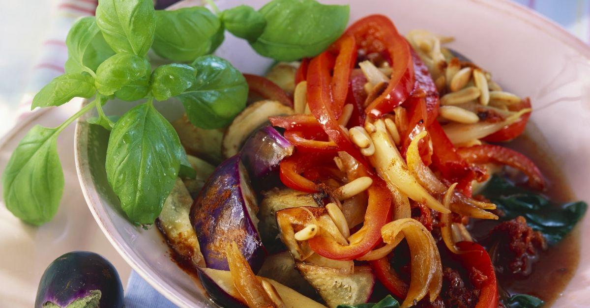 auberginen paprika gem se mit pilzen aus dem wok rezept eat smarter. Black Bedroom Furniture Sets. Home Design Ideas